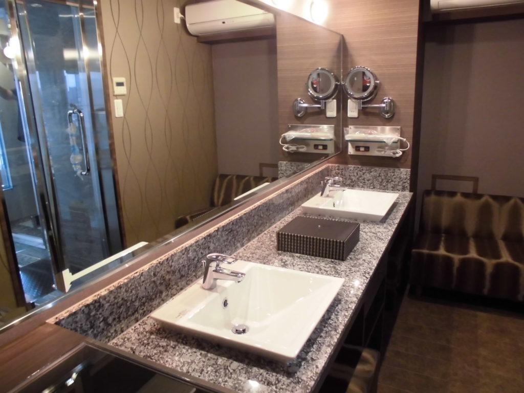 1002号室スカイスイーツ、パウダールームのご紹介です。 広々とした洗面と大きなミラー、スツールに座りラグジュアリーなメイクアップ 時間をお過ごしいただけます。